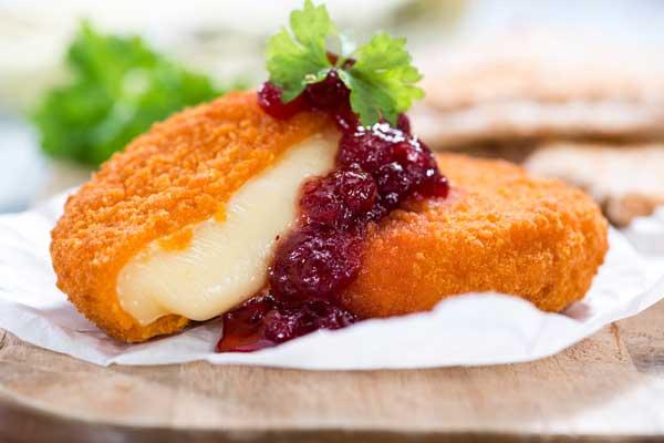 Brie frit avec sauce aux canneberges