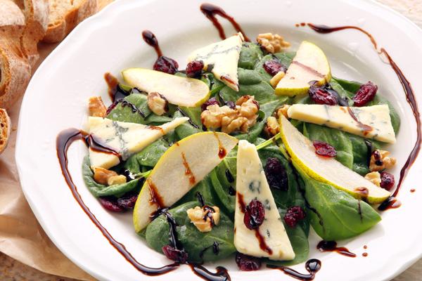 Salade de poires et gorgonzola et vinaigrette sucrée