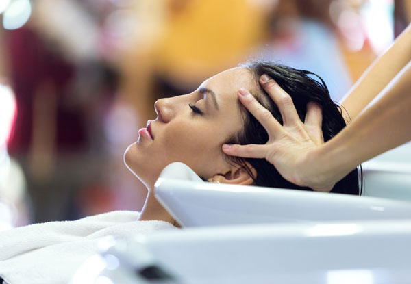 Massage des cheveux à l'ail et à l'huile de coco pour la croissance des cheveux