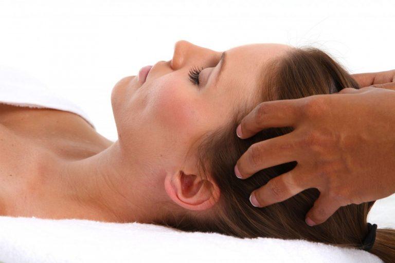 Massage quotidien du cuir chevelu pour de beaux cheveux